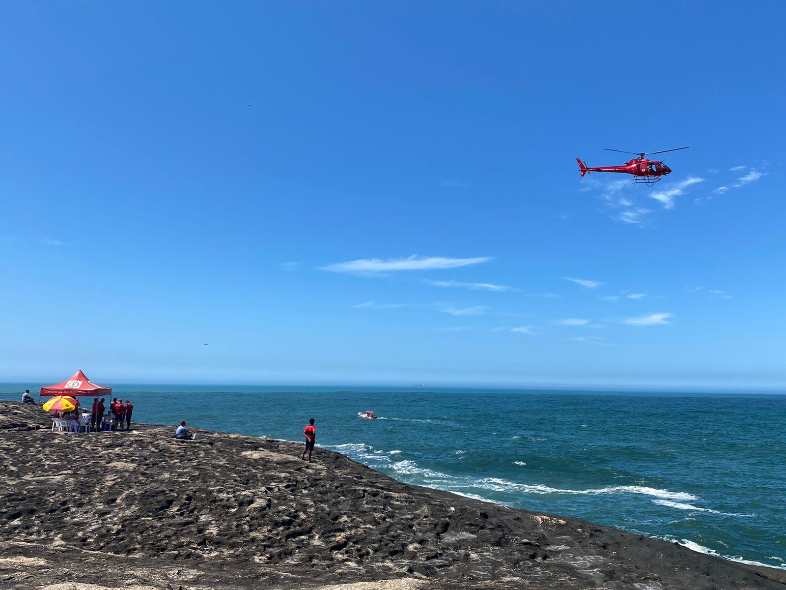 Corpo de Bombeiros procura por militar da Marinha desaparecido na praia de Itacoatiara