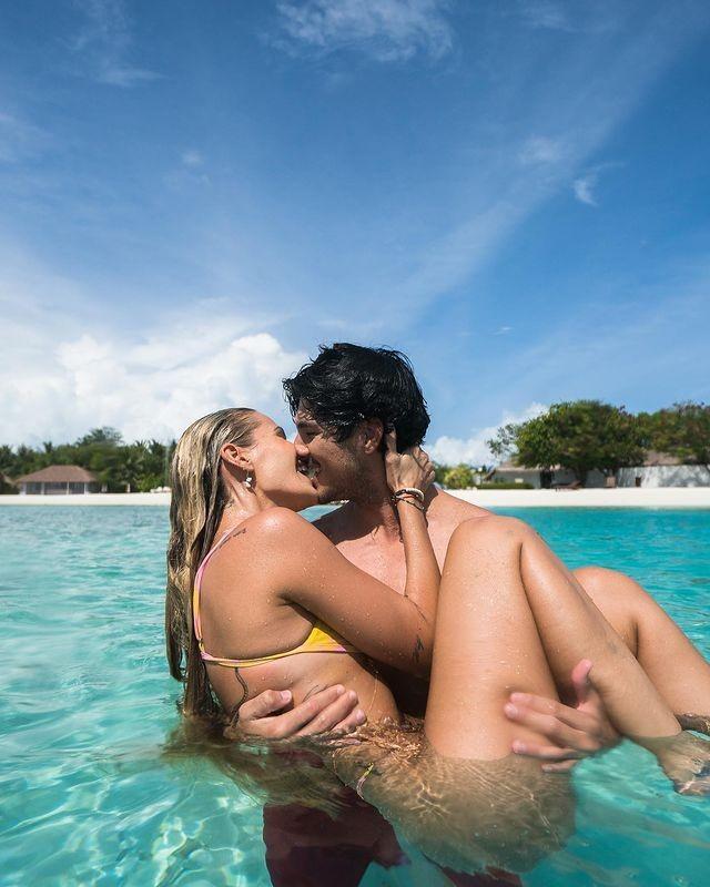 Surfista Gabriel Medina carregando Yasmin Brunet no colo e os dois se beijando