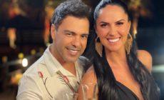 Zezé di Camargo e Graciele Lacerda mostrando aliança de noivado e segurança uma taça de champagne