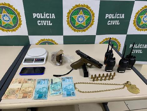 armas, drogas e celulares em cima de uma mesa