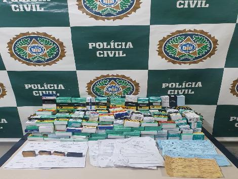 Imagem de medicamentos na mesa da delegacia