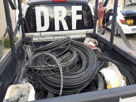 Imagem de uma viatura policial carregada de cabos