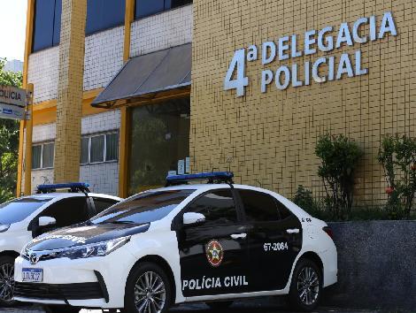 carros da polícia civil estacionados em frente a delegacia
