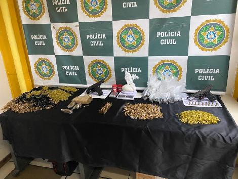 drogas em cima da mesa
