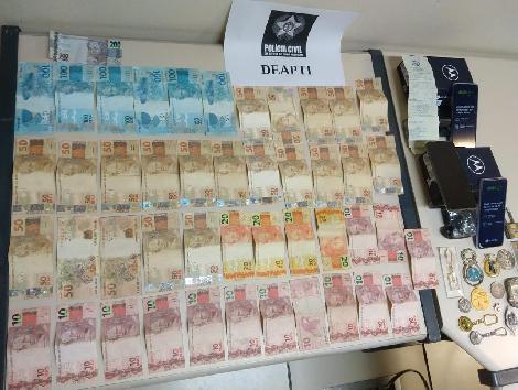 imagem de várias notas de dinheiro