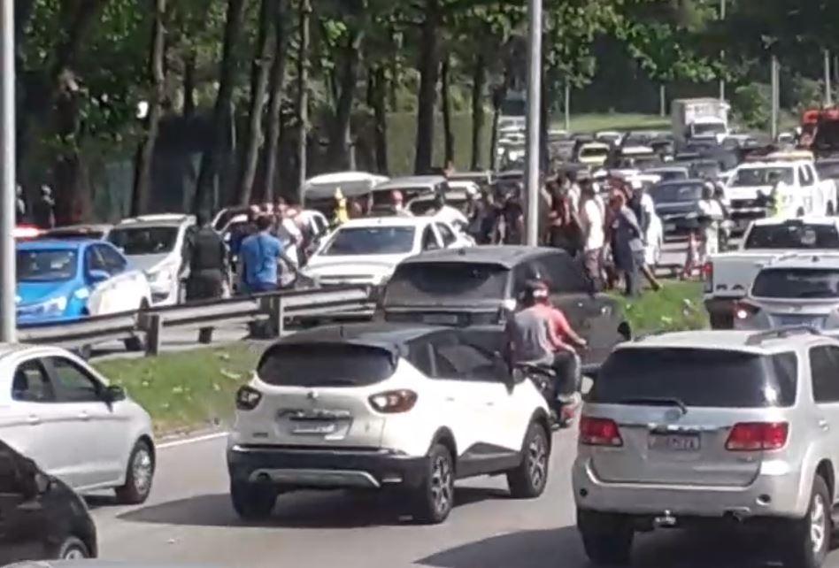 Praticante de parapente morre após cair na autoestrada Lagoa-Barra