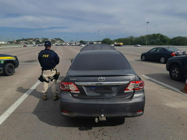 carro e agente na rodovia