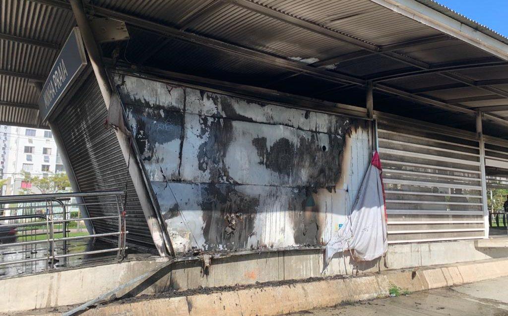 Estação do BRT Minha Praia destruída pelas chamas