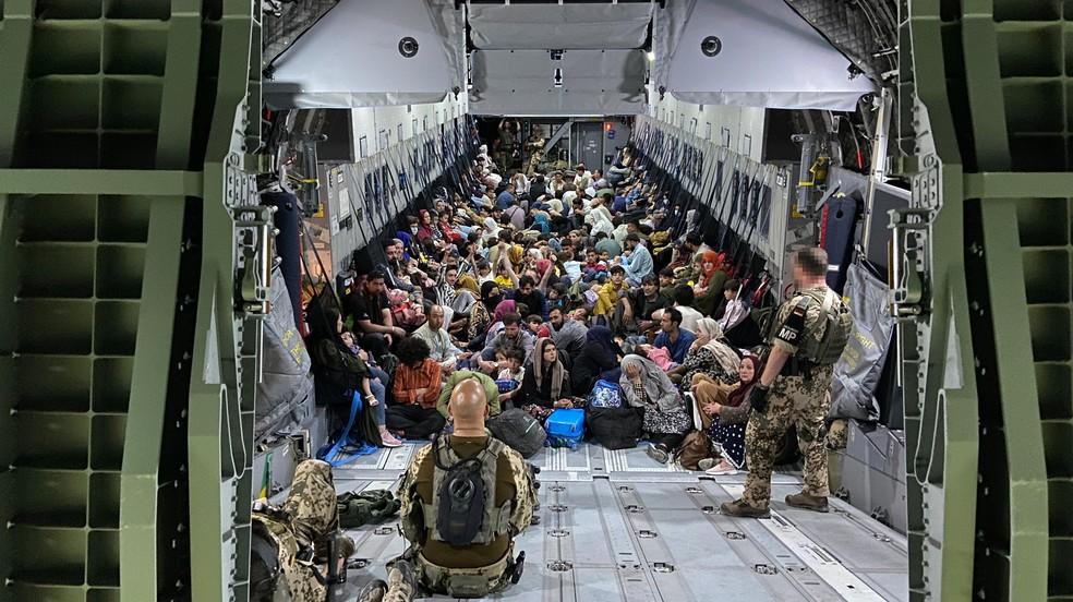 Avião militar alemão transporta refugiados do Afeganistão