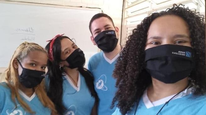 Alunos com máscaras doadas