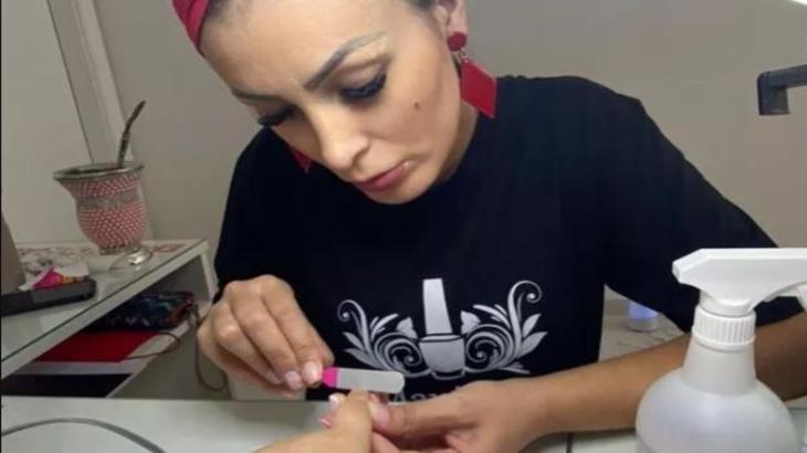 Andressa Urach fazendo unha de cliente