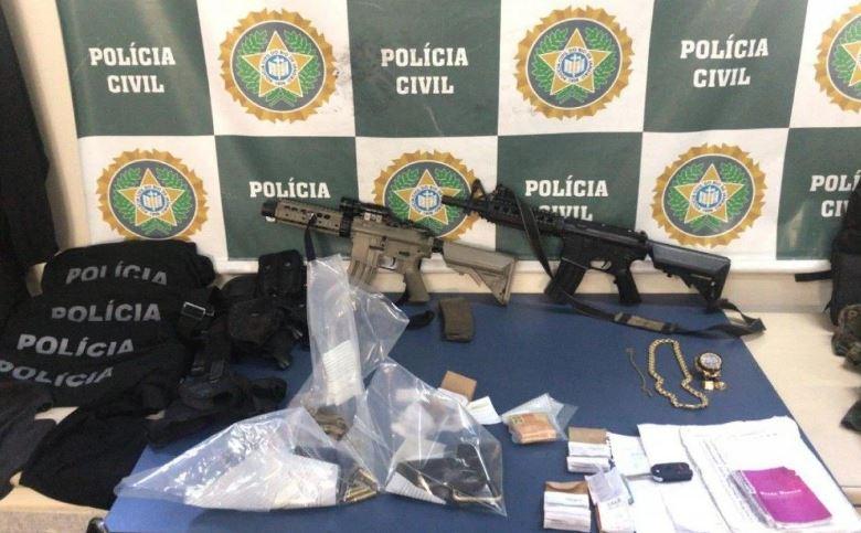 Armas, munições e documentos apreendidos com casal de milicianos