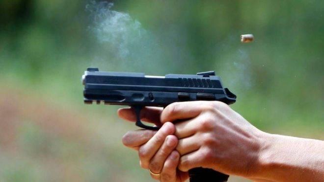 Imagem de uma arma sendo disparada