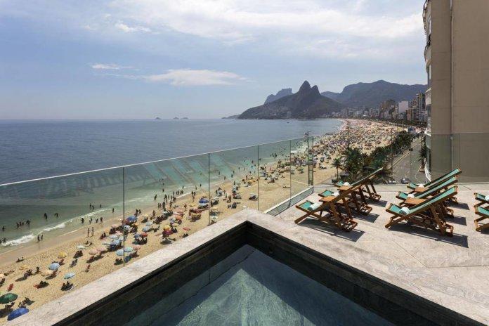 Sacada de um hotel na orla da praia do Arpoador, na Zona Sul do Rio