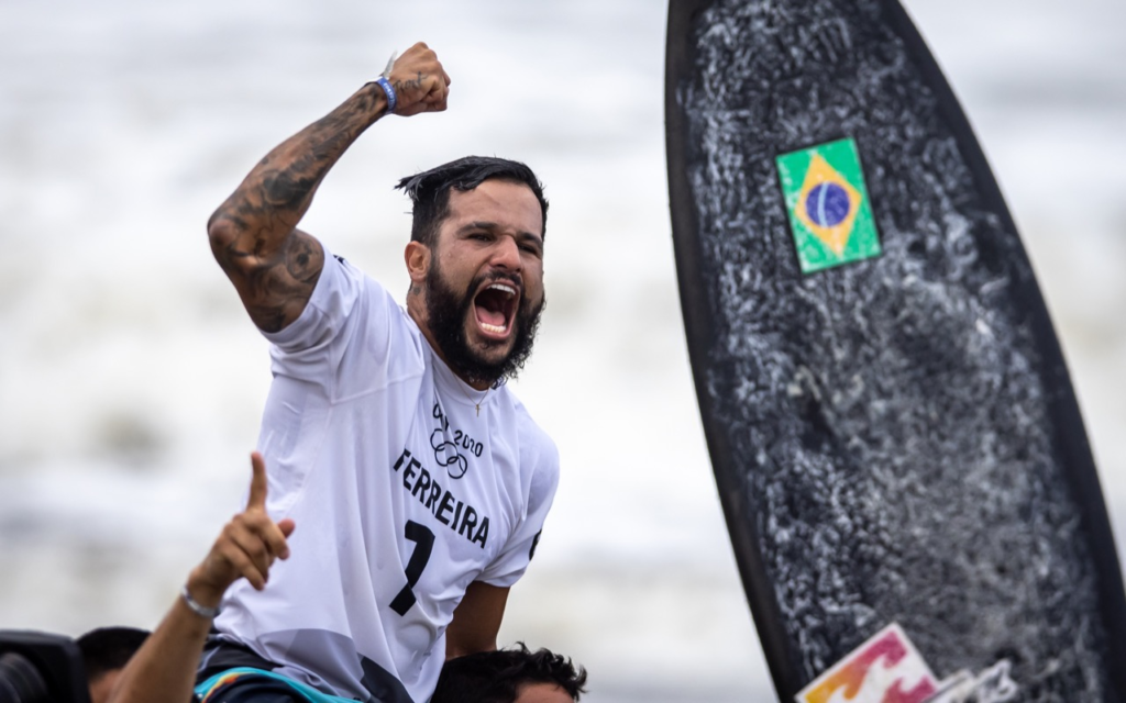 Brasileiro comemora primeira medalha olímpica no surfe masculino