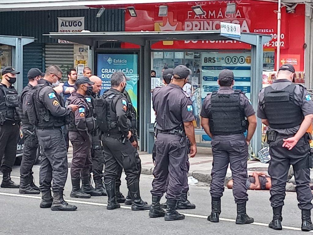 Imagem dos policiais em volta do assaltante morto no Humaitá