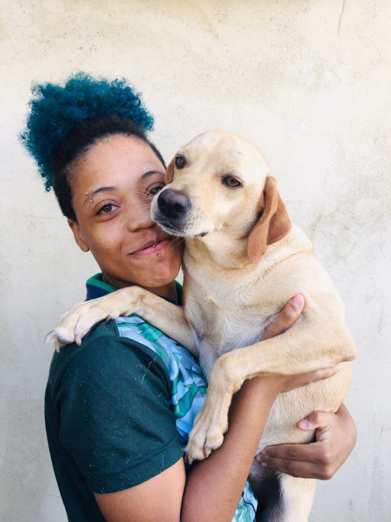 Imagens de uma atleta com um dos cachorros adotados