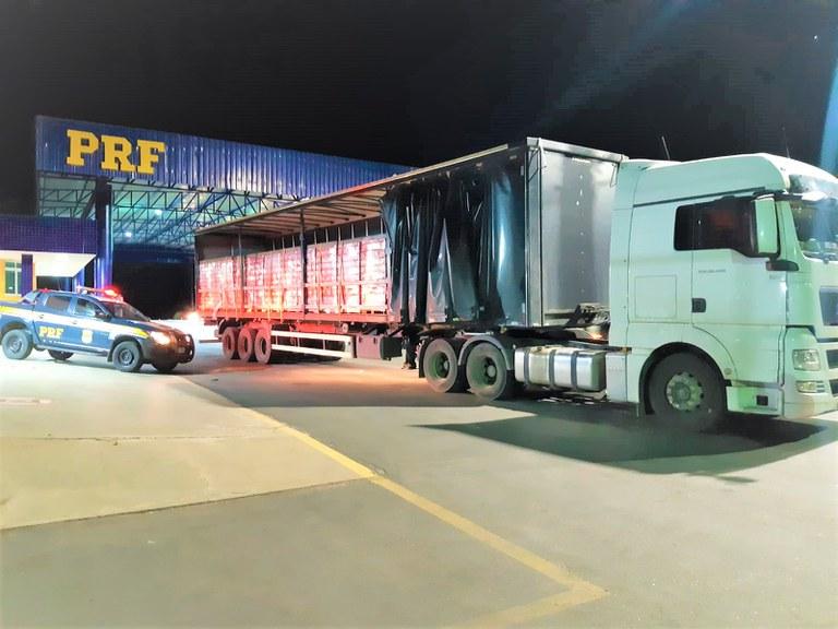 Imagem de caminhão carregado com cerveja