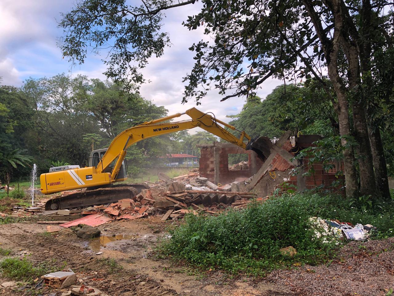 Demolição de construção irregular feita pela milícia na Zona Oeste