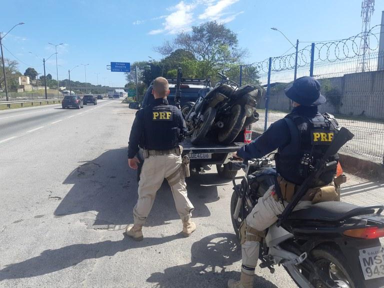 agentes da PRF na via com motos apreendidas