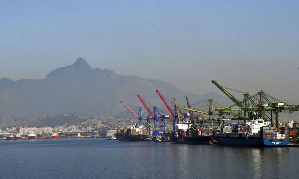 Imagem de navios no porto