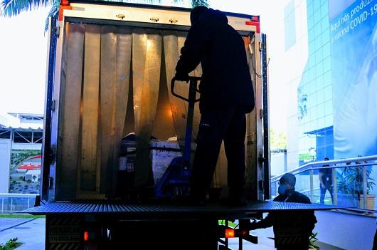 caminhão sendo descarregado