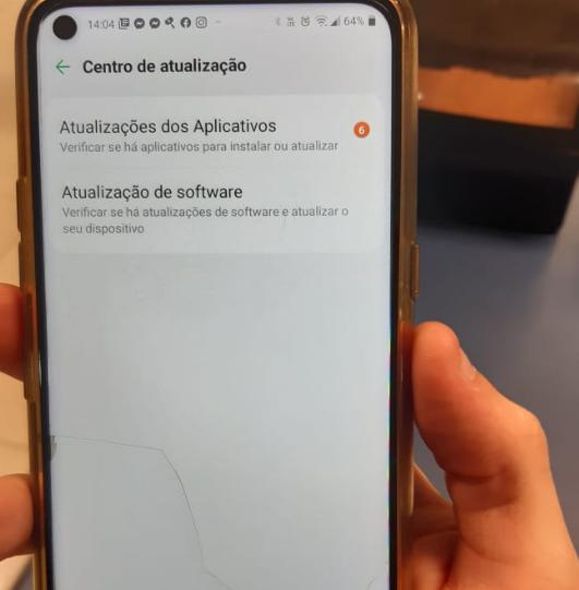 Imagem de um celular aberto em aplicativos