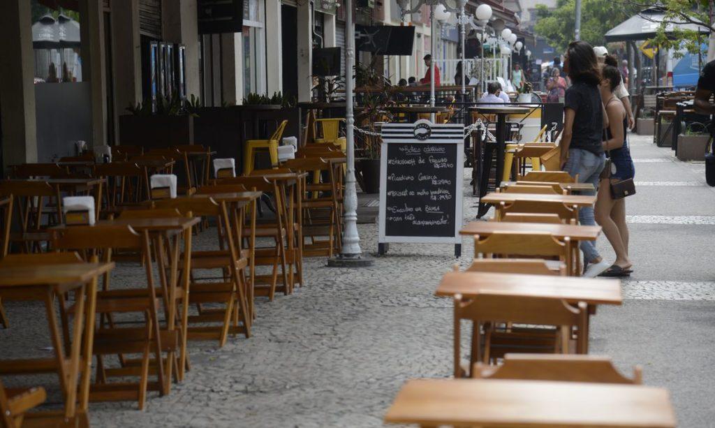 Imagem da calçada de um bar e restaurante