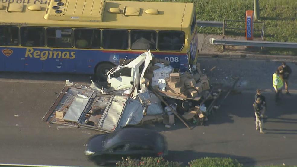 Acidente destrói caminhão na Rio-Teresópolis na manhã desta segunda-feira (Reprodução: TV GLobo)
