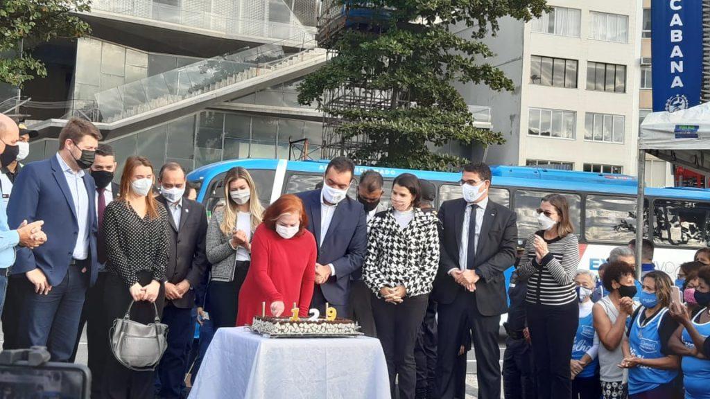Imagem do bolo de aniversário de Copacabana com o governador e secretários