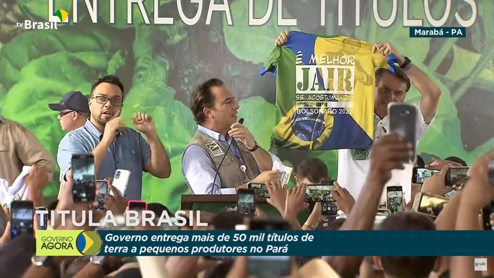 Bolsonaro levanta camisa com slogan