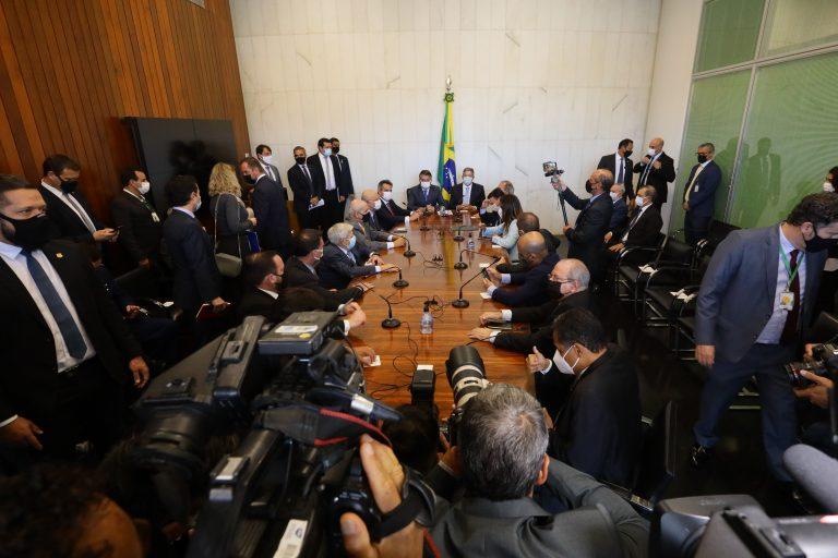 Imagens de Bolsonaro entregando a proposta