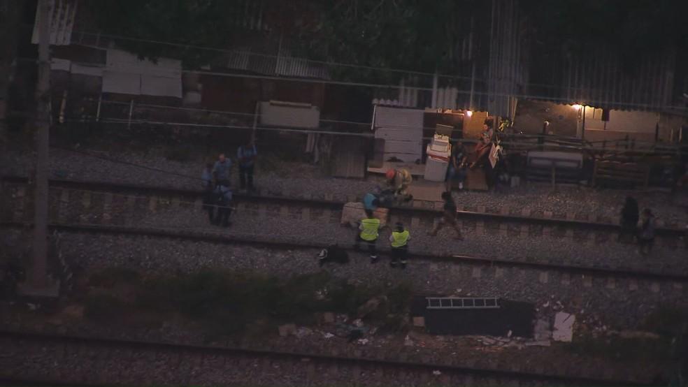 Bombeiros em atendimento após incêndio em trem