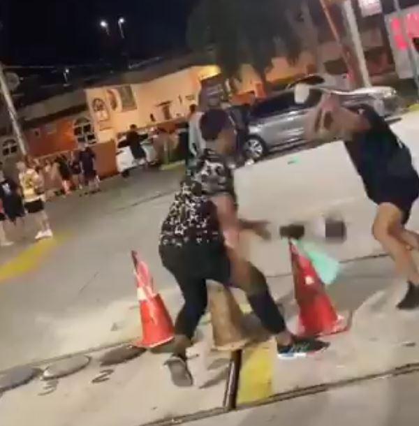 Na imagem, homens participando de brigas na Zona Oeste