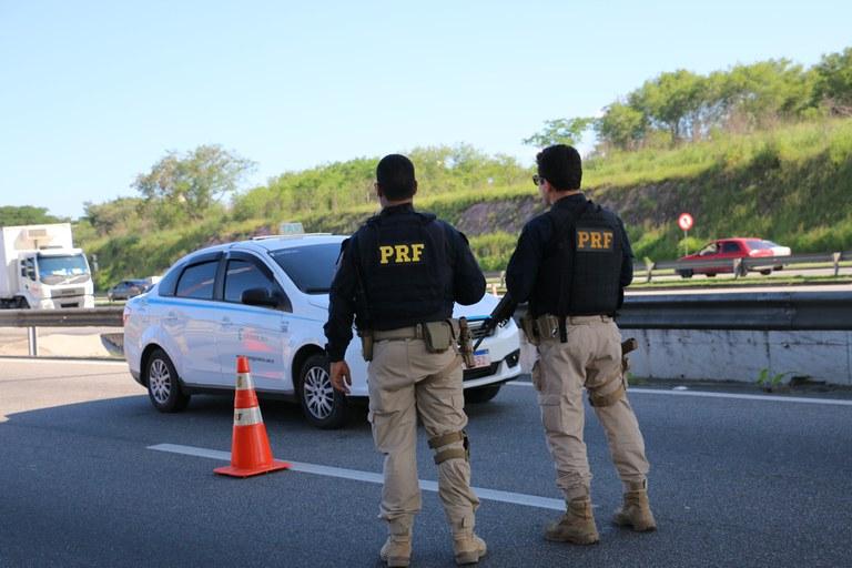 policiais na via