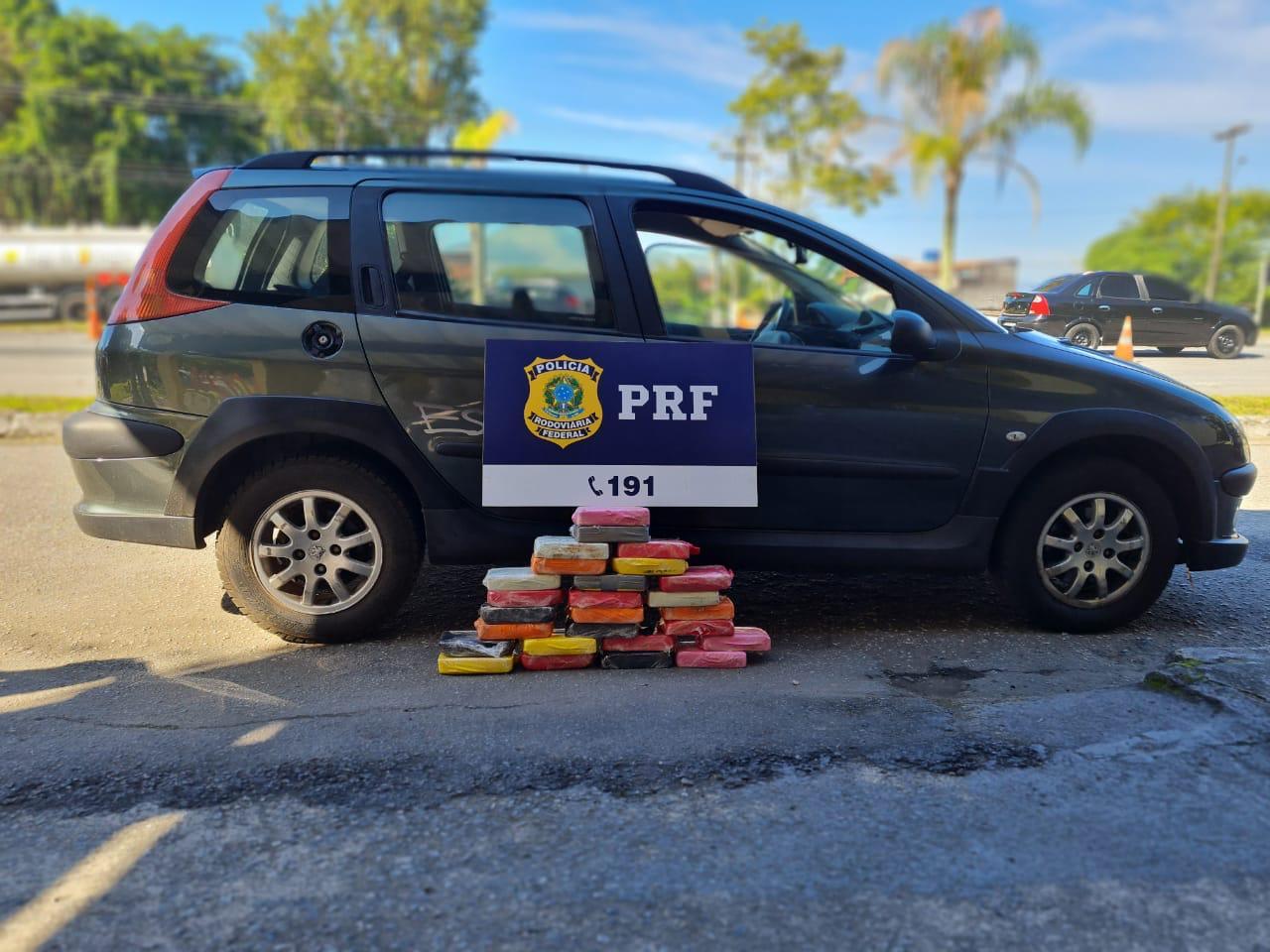 carro da PRF com drogas apreendidas em frente