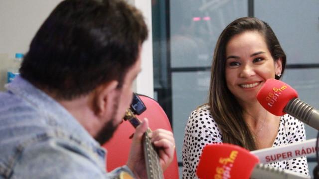 Michael Sullivan e Isabele Benito no De Frente Com Elas (Foto: Talita Giudice/ Divulgação: Super Rádio Tupi)
