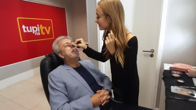 Clóvis Monteiro na maquiagem antes de ir para o estúdio