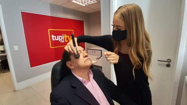 Mário Belisário na maquiagem antes de ir para o estúdio