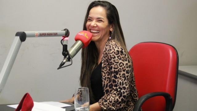 """Jornalista Isabele Benito na gravação do programa """"De Frente com Elas"""""""