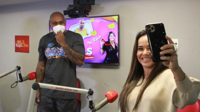 MV Bill e Isabele Benito no programa De Frente Com Elas (Foto: Talita Giudice/ Divulgação: Super Rádio Tupi)