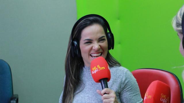 """Isabele Benito no programa """"De Frente Com Elas"""" (Foto: Talita Giudice/ Divulgação: Super Rádio Tupi)"""