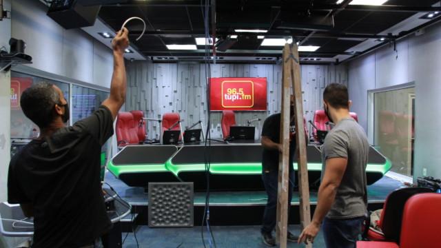 Estúdio da Rádio Tupi recebendo novos equipamentos para a transmissão na TV Max