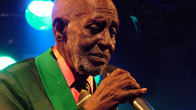 Nelson Sargento cantando