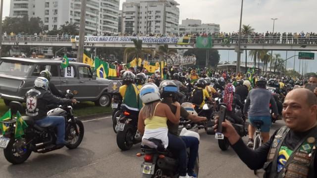 Manifestantes pró-Bolsonaro na Avenida Abelardo Bueno, em Jacarepaguá, na Zona Oeste do Rio