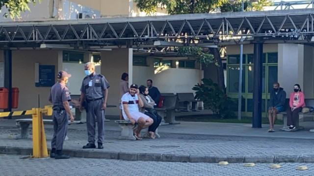 Amigos das vítimas no Hospital Municipal Lourenço Jorge