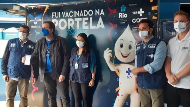 Aos 51 anos, prefeito Eduardo Paes foi vacinado no início da tarde desta quinta-feira (17) na quadra da Portela, em Madureira