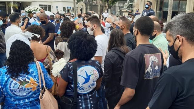 Amigos e famosos acompanham o enterro do diretor de carnaval, Laíla (Foto: Cyro Neves/ Divulgação: Super Rádio Tupi)