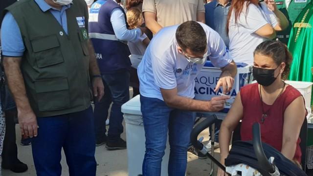 Marcelo Queiroga, ministro da Saúde, e Daniel Soranz, secretário Municipal de Saúde participam da vacinação contra a covid -19, na Ilha de Paquetá (Foto: Cyro Neves/ Divulgação: Super Rádio Tupi)