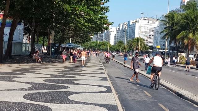 Domingo de sol leva cariocas à praia de Copacabana, na Zona Sul do Rio (Foto: Marcos Antônio de Jesus/ Divulgação: Super Rádio Tupi)